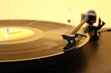 50代だけじゃない!いまレコードが人気の理由