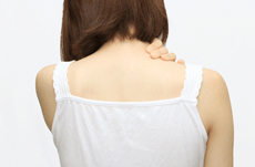 気になる「背中ニキビ」の原因と対策