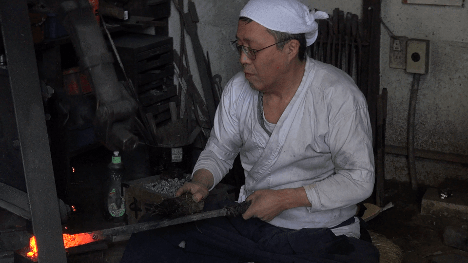 刀鍛冶の仕事の半分は鉄づくりにかかっている